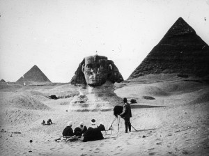 Sfinxen nästan begravd i sand. Foto: Vincent Brown http://bit.ly/1s1oTam