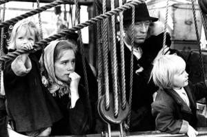 Fattigdomen tvingade människor att lämna flytta från Sverige. Bild från filmen Utvandrarna.