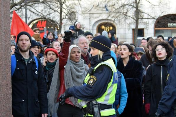 folkets-demonstration-intervju-aftonbladet-tv-misshandel-tess-asplund-002